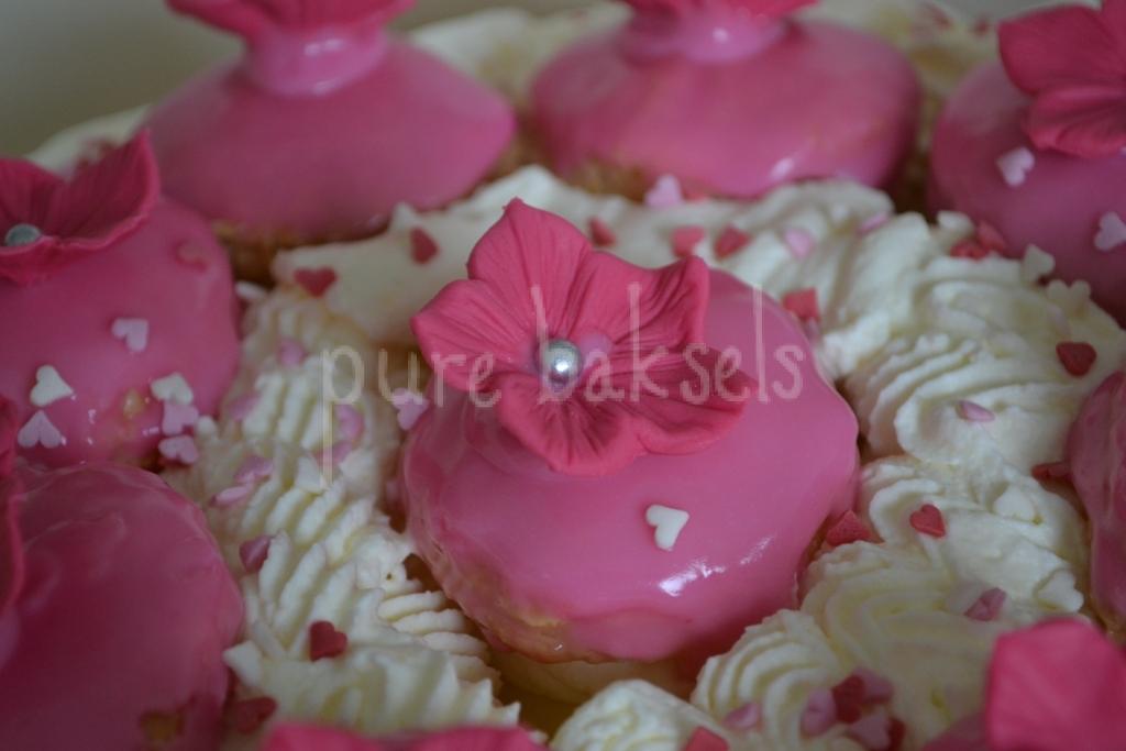Tompouce taart met bloemen (1)